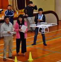 旧波多津小の体育館で、ドローンの安全な操縦技術を学ぶ受講生
