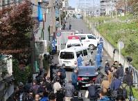 大勢の報道陣や捜査員らで騒然とする複数の遺体が見つかったアパート周辺=神奈川県座間市で2017年10月31日午後1時59分、長谷川直亮撮影