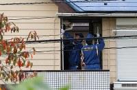 複数の遺体が見つかったアパートを調べる捜査員ら=神奈川県座間市で2017年10月31日午後0時6分、長谷川直亮撮影