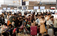 お盆休みを海外で過ごす人たちでにぎわう国際線出発ロビー=関西国際空港で2017年8月10日、平川義之撮影