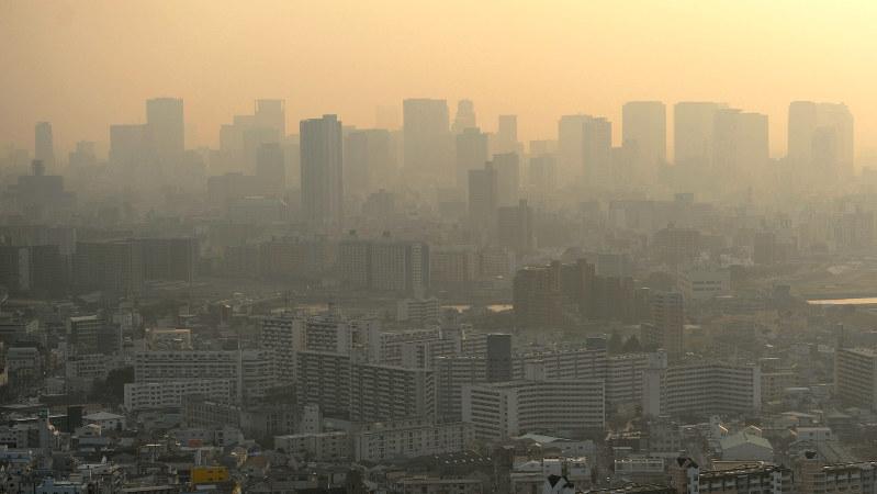 PM2・5の影響でかすむ大阪市内。奥は梅田のビル群=2014年2月