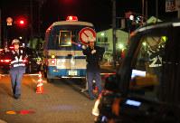 「イレブンスリー暴走」対策で、国道26号に通じる道を封鎖する警察官ら=大阪府岸和田市で2016年11月2日午後、三村政司撮影