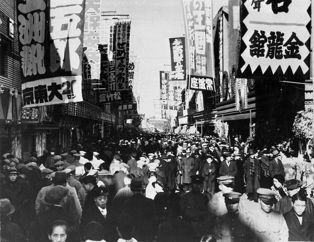 映画は長く庶民の娯楽の王様だった=東京・浅草六区の映画館街(昭和14年)
