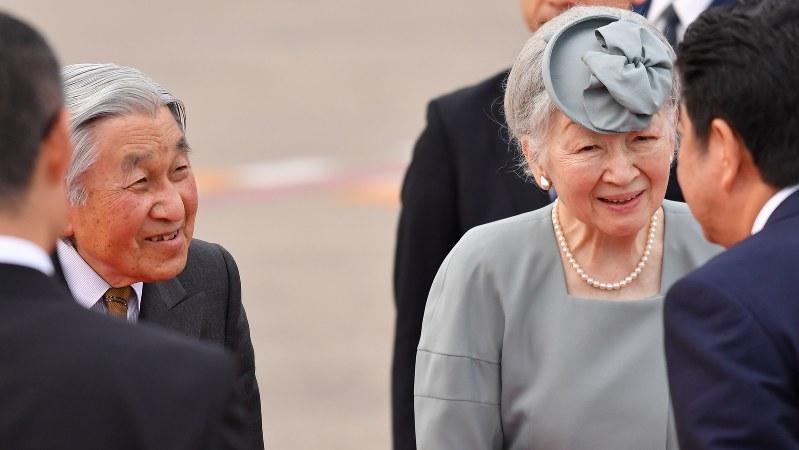 愛媛県訪問を終え、安倍晋三首相(右端)らの出迎えを受けられる天皇、皇后両陛下=2017年10月1日、宮間俊樹撮影