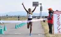 連覇を果たし、Vサインでフィニッシュする新潟産大付のマーシャ・ベロニカ選手=弥彦村で