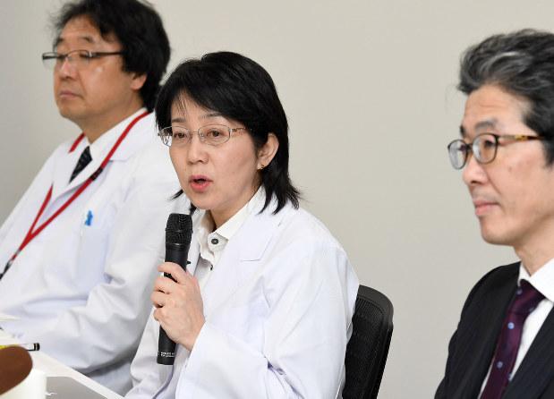 他人由来のiPS細胞移植手術をした高橋政代・理化学研究所プロジェクトリーダー(中央)=神戸市中央区で2017年2月6日、川平愛撮影