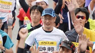 大阪マラソンでフィニッシュする京都大の山中伸弥教授(中央)=大阪市住之江区で2013年10月27日