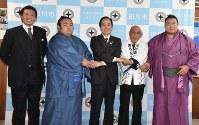 二場市長(中央)を表敬訪問した貴乃花親方(左)、貴景勝(左から二人目)、貴ノ岩(右)ら=福岡県田川市で2017年11月2日