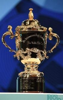 ラグビーの2019年ワールドカップ(W杯)日本大会の試合日程発表会の会場に置かれた同大会優勝トロフィーの「ウェブ・エリス・カップ」=東京都港区で2017年11月2日午後5時17分、竹内紀臣撮影