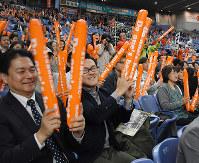 応援席から和歌山箕島球友会の選手に声援を送る観客=大阪市の京セラドーム大阪で、木原真希撮影