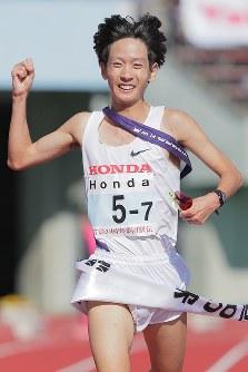 1位でフィニッシュするHondaのアンカー・松村=和田大典撮影