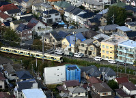 事件があったアパート(中央)=神奈川県座間市で2017年11月1日午前10時12分、本社ヘリから