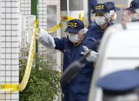複数の遺体が見つかったアパートに入る捜査員ら=神奈川県座間市で2017年11月1日午前9時51分、渡部直樹撮影