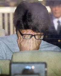 高尾署から送検される白石隆浩容疑者=東京都八王子市で2017年11月1日午前8時39分、佐々木順一撮影