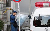 複数の遺体が見つかったアパートから袋を運び出す捜査員=神奈川県座間市で2017年10月31日午後3時26分、長谷川直亮撮影