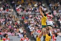 【日本―オーストラリア】 前半、ラインアウトからFWリーチ(右)とオーストラリアのFWコールマン(左)が競り合うもオーストラリアボールになる=日産スタジアムで2017年11月4日、宮間俊樹撮影