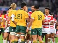 【日本―オーストラリア】 試合後、オーストラリアの選手たちと握手するFB松島(右端)とFWリーチ(右端から3人目)ら日本代表の選手たち=日産スタジアムで2017年11月4日、宮間俊樹撮影