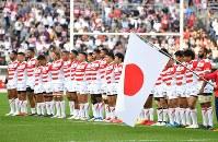 【日本―オーストラリア】 国歌斉唱する日本代表の選手たち=日産スタジアムで2017年11月4日、宮間俊樹撮影