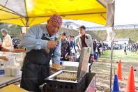客が長蛇の列を作り、大忙しの店員=宇都宮市の宇都宮城址公園で