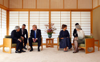 Emperor Akihito, left, and Empress Michiko, right, participate in talks with U.S. President Donald Trump, third from left, and first lady Melania Trump, at the Imperial Palace in Tokyo on the morning of Nov. 6, 2017. (Mainichi)