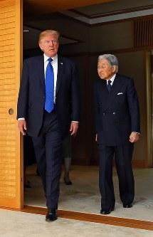 トランプ米大統領との会見に臨まれる天皇陛下=皇居・御所で2017年11月6日午前11時5分、小川昌宏撮影