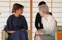 トランプ米大統領のメラニア夫人と会見される皇后陛下=皇居・御所で2017年11月6日午前11時6分、小川昌宏撮影