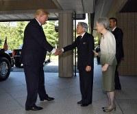 トランプ米大統領を出迎えられる天皇、皇后両陛下 =皇居・御所で2017年11月6日午前11時3分(代表撮影)