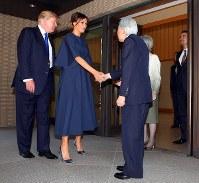 トランプ米大統領、メラニア夫人との会見を終え、あいさつを交わされる天皇、皇后両陛下=皇居・御所で2017年11月6日午前11時33分、小川昌宏撮影