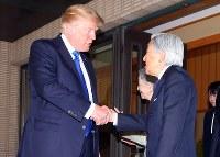 トランプ米大統領との会見を終え、握手を交わされる天皇陛下=皇居・御所で2017年11月6日午前11時32分、小川昌宏撮影