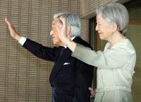トランプ米大統領、メラニア夫人との会見を終え、お見送りになる天皇、皇后両陛下=皇居・御所で2017年11月6日午前11時33分、小川昌宏撮影