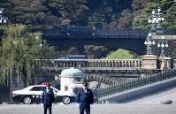 トランプ米大統領らを乗せ、皇居に入る車両。奥は二重橋=東京都千代田区で2017年11月6日午前10時56分、竹内紀臣撮影