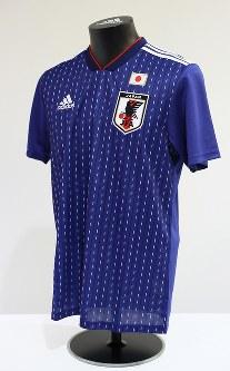 2018年W杯ロシア大会を前に発表されたサッカー日本代表の新しいユニホーム=東京都文京区で2017年11月6日、佐々木順一撮影