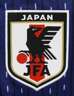 2018年W杯ロシア大会で着用するサッカー日本代表のユニホームにあしらわれた新エンブレム=東京都文京区で2017年11月6日、佐々木順一撮影