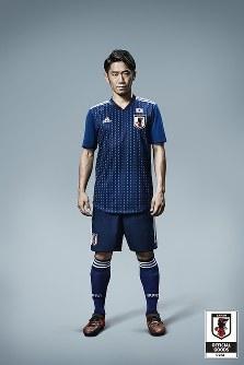 サッカー日本代表の新しいユニホームを着用する香川=アディダスジャパン提供