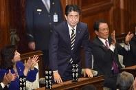 再び首相に指名され、あいさつする安倍晋三氏(中央)=衆院本会議で1日、、藤井達也撮影