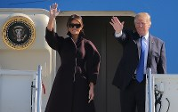 日本から韓国に向かうため大統領専用機に乗り込むトランプ米大統領と妻メラニアさん=東京都の米軍横田基地で2017年11月7日午前10時、後藤由耶撮影