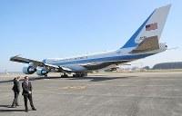 トランプ米大統領を乗せて滑走路に向かう大統領専用機=東京都の横田基地で2017年11月7日午前10時6分、後藤由耶撮影