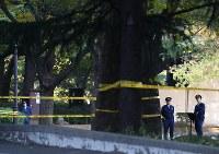 トランプ米大統領が宿泊先を出るまで入場が制限された日比谷公園に立つ警察官=東京都千代田区で2017年11月7日午前8時35分、佐々木順一撮影