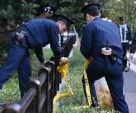 トランプ米大統領が宿泊先を出発した後、規制を解除する警察官=東京都千代田区で2017年11月7日午前9時19分、佐々木順一撮影