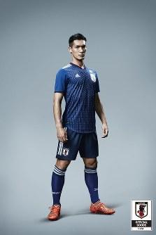 サッカー日本代表の新しいユニホームを着用する槙野=アディダスジャパン提供