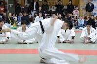 Olympic gold medalist Kosei Inoue performs an uchi mata throw during a judo workshop in Tsubame, Niigata Prefecture, on Nov. 4, 2017. (Mainichi)