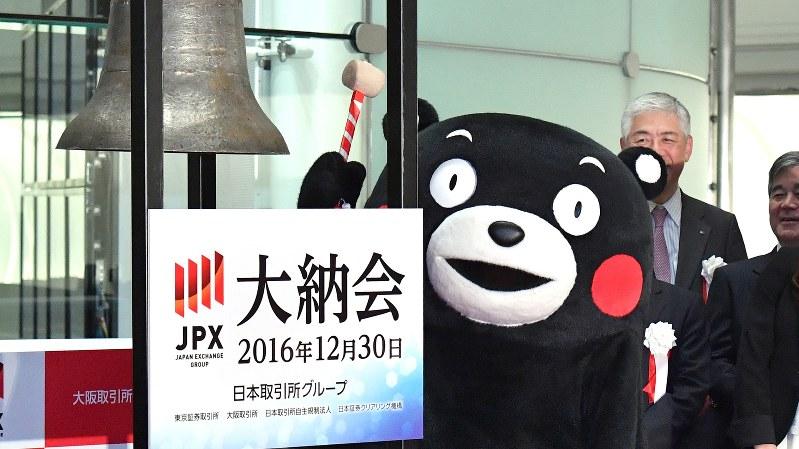 東京証券取引所の大納会で鐘をたたく、ゆるキャラ「くまモン」=2016年12月30日、内藤絵美撮影