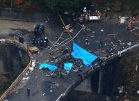 墜落し、激しく炎上したヘリコプター=群馬県上野村で2017年11月8日午後4時18分、本社ヘリから長谷川直亮撮影