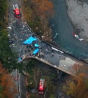 墜落し、激しく炎上したヘリコプター=群馬県上野村で2017年11月8日午後4時24分、本社ヘリから長谷川直亮撮影
