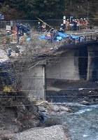 ヘリコプターの墜落地点を調べる消防隊員ら=群馬県上野村乙母で2017年11月8日午後4時19分、畑広志撮影