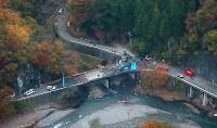 橋の上に墜落、炎上したヘリコプター=群馬県上野村で2017年11月8日午後4時20分、本社ヘリから長谷川直亮撮影