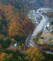 ヘリコプターが墜落した現場(中央下)。右上が上野村役場=群馬県上野村で2017年11月8日午後4時21分、本社ヘリから長谷川直亮撮影