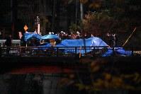 墜落地点を調べる消防隊員ら=群馬県上野村で、2017年11月8日午後4時59分、西銘研志郎撮影