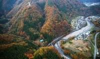 ヘリコプターが墜落した現場(中央)。右上が上野村役場=群馬県上野村で2017年11月8日午後4時21分、本社ヘリから長谷川直亮撮影
