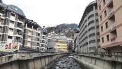 深山に突然現れた「ミニ・コンクリートジャングル」のような首都アンドラ・ラ・ベリャ市街(写真は筆者撮影)